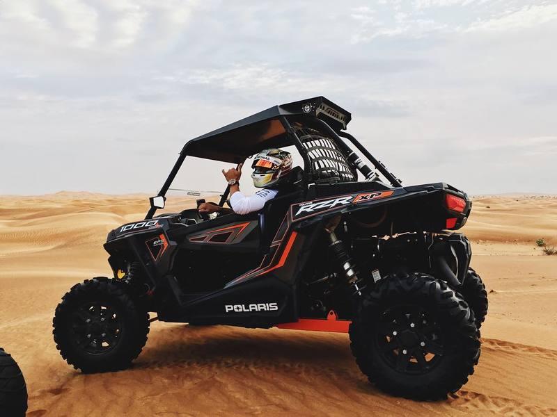 Lewis Hamilton anda de buggy em Abu Dhabi
