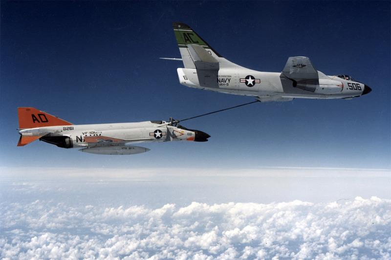 Дозаправка в воздухе истребителя F-4 Фантом II