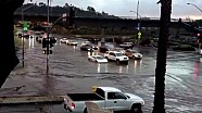 Lamborghini es conducido a través de la inundación de San Diego