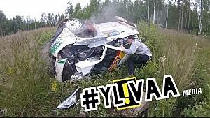 Reli Finlandia - Aksi penonton membantu evakuasi kecelakaan mobil